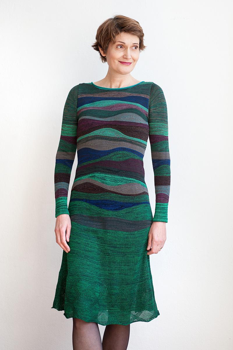 Grünes Kleid mit Streifen