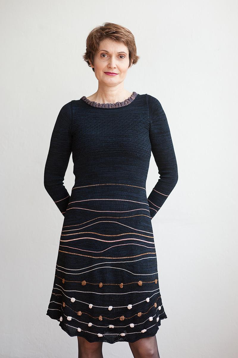 schwarzes Kleid mit Streifen